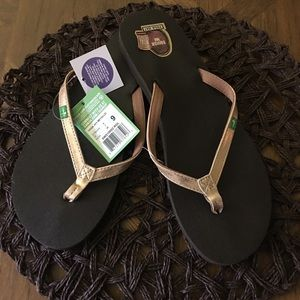 NWT Sanuk Gold Thong Sandals Size 9